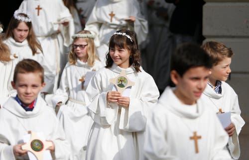 ... und in feierlichen Gottesdiensten haben am Weissen Sonntag zahlreiche Mädchen und Buben zum ersten Mal die Hostie empfangen. (Bild: Stefan Kaiser / Neue ZZ)