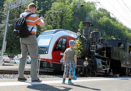 Ein junger Eisenbahn-Fan bestaunt mit seinem Vater zwei Lokomotiv Generationen. (Bild: Andy Mettler / swiss-image.ch)