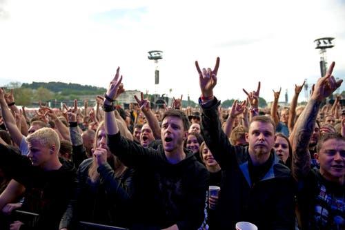 Die Rockfans freuen sich über die «Gitarrenwände», die hier über sie hinwegbrechen. (Bild: Corinne Glanzmann)