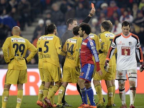 Der Schiedsrichter zeigt Florian Stahel vom FCL die rote Karte. (Bild: Keystone)