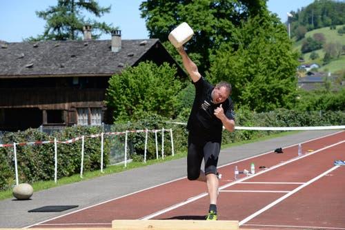 Zum Fest gehört auch der Steinstoss-Wettkampf. (Bild: Robert Hess / Neue OZ)