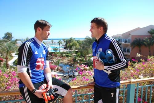David Zibung und Claudio Lustenberger tauschen sich vor der schönen Kulisse in der Hotelanlage aus. (Bild: Daniel Wyrsch)