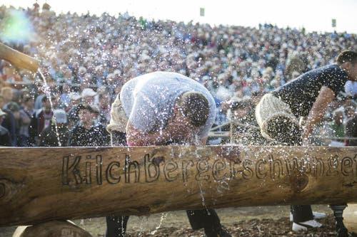 Ein Schwinger erfrischt sich beim 16. Kilchberger Schwinget. (Bild: Keystone)