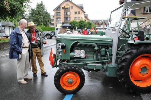 Interessierte beim Betrachten eines historischen Traktors. (Bild: Geri Wyss / Neue OZ)