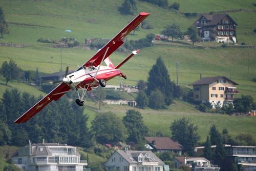 Der PC-6 bringt Bundesrat Ueli Maurer in einem steilen Sinkflug direkt zur Arena. (Bild: Philipp Schmidli)
