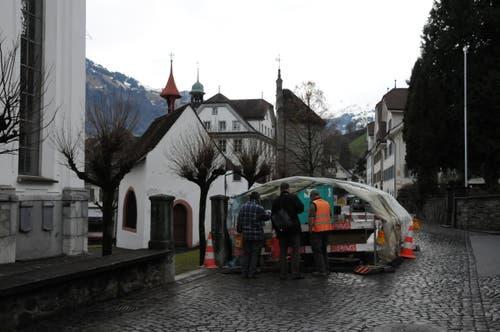 Hinter der Stanser Pfarrkirche war das Massengrab zum Vorschein gekommen. (Bild: Philipp Unterschütz)