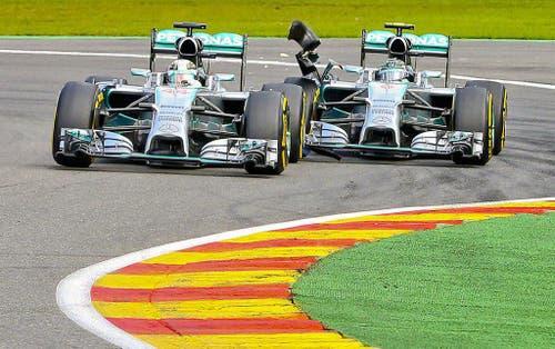Mercedes-Fahrer Lewis Hamilton (links) wird von seinem Teamkollegen Nico Rosberg abgeschossen. (Bild: Keystone)