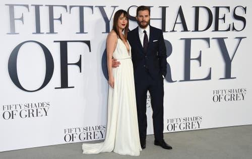 Die Schauspieler Dakota Johnson und Jamie Dornan posieren für die Fotografen bei der britischen Premiere von Fifty Shades of Grey in London. (Bild: AP / Jonathan Short)
