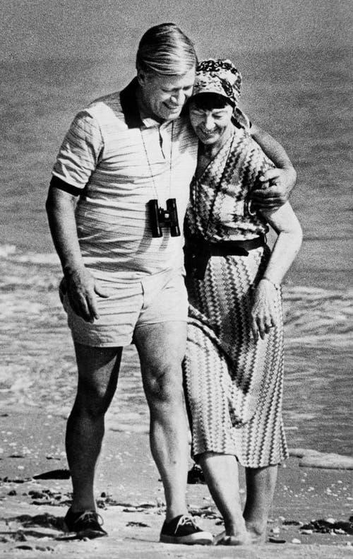 Alt-Bundeskanzler Helmut Schmidt am 26. Dezember 1981 mit seiner Frau Hannelore am Strand der Ferieninsel Sanibel Island in Florida. (Bild: Keystone)