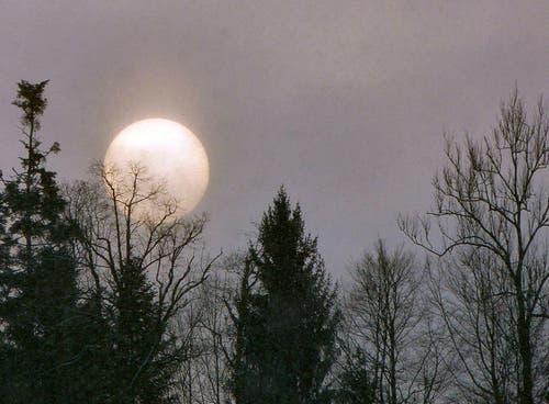 Der Mond ist aufgegangen ... Dem ist aber nicht so. Hier kämpft sich die Sonne um 08:33 Uhr durch den Hochnebel. (Bild: Josef Lustenberger)