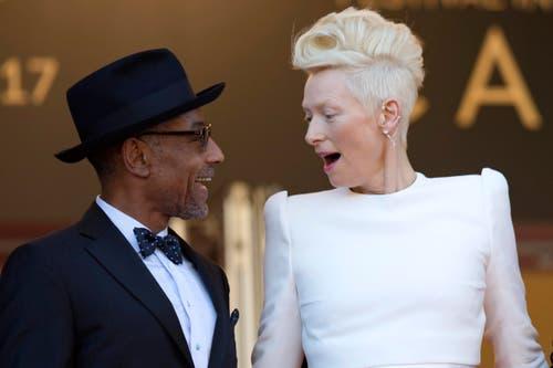 """Der US-Schauspieler Giancarlo Esposito (links) und die britische Schauspielerin Tilda Swinton bei der Premiere für """"Okja"""". (Bild: EPA/Ian Langsdon)"""