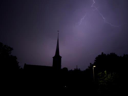 Himmlisch! Gewitter über de reformierten Kirche in Baar. (Bild: Leser Michael Hitzler)