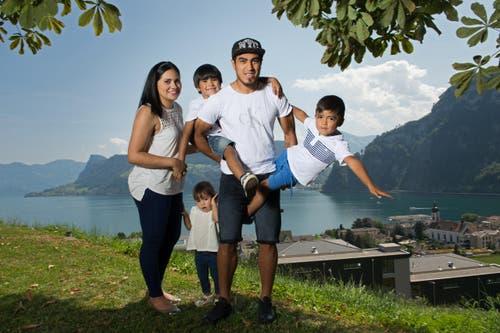 Dario Lezcano und seine Familie fühlen sich in ihrem Wohnort Hergiswil wohl. Von links: Ehefrau Lilian, Tochter Fiona (1½), die Söhne Jonathan (6) und Dante (4). (Bild: Eveline Beerkircher / Neue LZ)