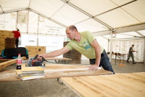 Christian Schnider beim Aufbau der Schwandhütte. (Bild: Corinne Glanzmann)