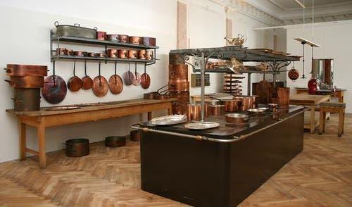 Einblick in eine klassische Küche um 1900, wie sie im «Grand Hotel», im «Park Hotel» und im «Palace Hotel» wahre Gaumenfreuden bei den Gästen auslöste. Zu sehen ist auch ein gutes Stück allgemeine Küchen- und Koch-Geschichte, dargestellt durch eine Zeitlinie, die im 16. Jahrhundert beginnt. (Bild: PD)
