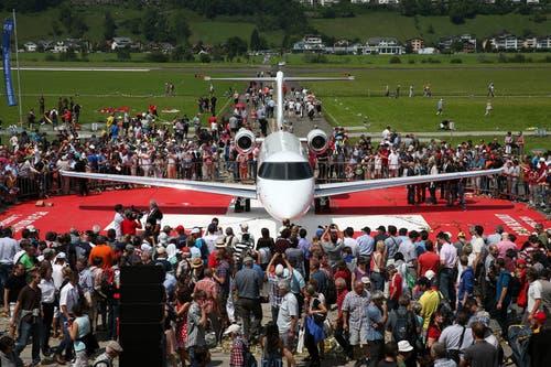 Pilatus inszenierte den Rollout ihres ersten Düsenflugzeugs am Nationalfeiertag als grosse Show mit Volksfestcharakter. (Bild: Philipp Schmidli)