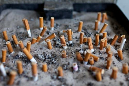Mitarbeiter der JTI Dagmersellen haben um das Jahr 2000 herum aus der dortigen Fabrik stangenweise Zigaretten mitgehen lassen. Ans Licht kam das Ganze, weil sie die gestohlenen Zigaretten an Kiosks und Lehrlinge der Berufsschule in Sursee verkauften. (Bild: Keystone (Symbolbild))