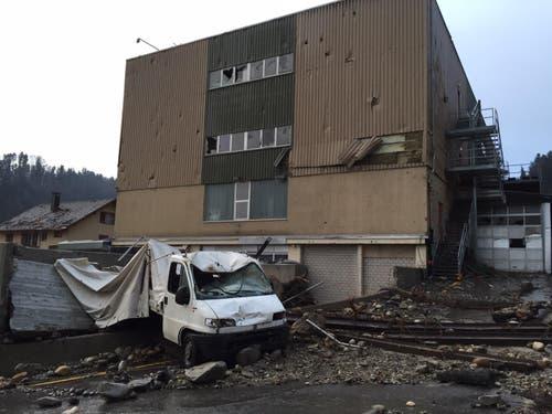 Als sei etwas explodiert: Die Fassade eines Gewerbegebäudes. (Bild: Leserreporter)