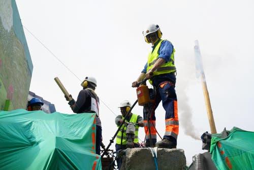 Aufwändige Arbeiten für den Hochwasserschutz (Bild: Romano Cuonz (Giswil, 11. Februar 2018))