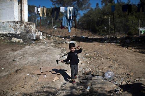 Ein Kind spielt aussergalb des «Hotspots» Moria. (Bild: Marko Drobnjakovic)