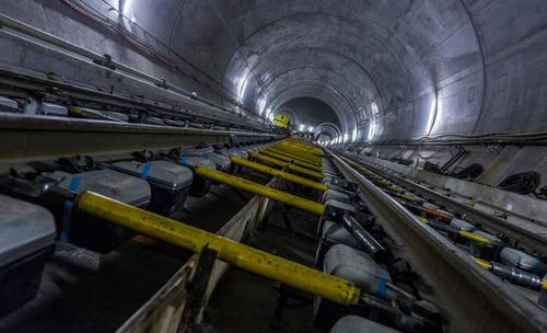 28. Mai 2014: Blick auf die Gleise, die bereits fest verschraubt sind. (Bild: Keystone)
