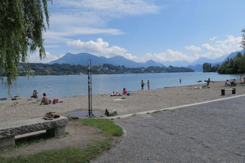 Wer eine Badehose dabei hat, kann sich kurz im See abkühlen... (Bild: Stefanie Nopper / Luzernerzeitung.ch)