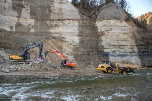 Die Absturzstelle aus der Vogelperspektive: Aufräumarbeiten in der Kleine Emme in Wolhusen am Dienstag, 26. Januar 2016 nach dem Felssturz. (Bild: Philipp Schmidli)