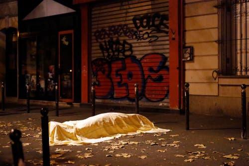 13. November: Wieder trifft der Terror die französische Hauptstadt. Bei fünf Attentaten sterben in Paris 130 Menschen, 352 wurden verletzt. Während eines Konzerts im Theater Bataclan richten Attentäter ein regelrechtes Massaker an. Eine Attacke auf das Fussball-Länderspiel Frankreich-Deutschland scheitert, es gibt Schüsse auf Cafés. (Bild: AP / Jerome Delay)