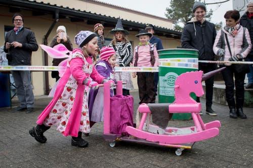 Zwei Mädchen führten stolz ein rosarotes Schaukel-Einhorn vor. (Bild: Boris Bürgisser)