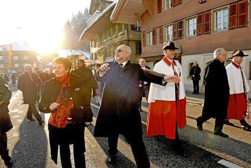 25. November: Mit einem Glanzresultat von 175 Stimmen wird der Luzerner CVP-Nationalrat Ruedi Lustenberger (63) zum Nationalratspräsidenten gewählt. Standesgemäss lässt sich der neue höchste Schweizer in seiner Heimat gebührend feiern. Zwei Tage nach seiner Wahl wird er vom Volk in Escholzmatt bejubelt. (Bild: Nadia Schärli / Neue LZ)