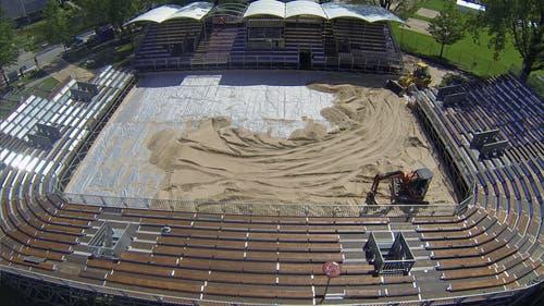 Der Sand soll nach dem Turnier entweder zwischengelagert werden (2016 finden die U21-Weltmeisterschaften in Luzern statt) oder aber dem Strandbad Lido beziehungsweise interessierten Vereinen abgegeben werden. (Bild: René Meier)