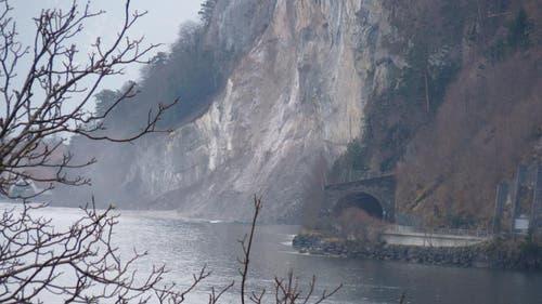 28.01.2013: 20'000 Kubikmeter Fels donnern über den Weg der Schweiz in den Urnersee. Künftig müssen die Wanderer bei Isleten in den Tunnel ausweichen. (Bild: Leser Roman Diethelm)