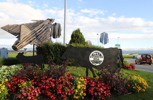 Der Kreisel vor dem Militärflugplatz in Payerne weist bereits auf das Grossereignis Ende August hin. (Bild: Swiss Image / Andy Mettler)