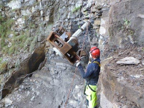 Mit schwerem Gerät wird ein Loch für den Tunnel gebohrt (5.10.2015) (Bild: PD)