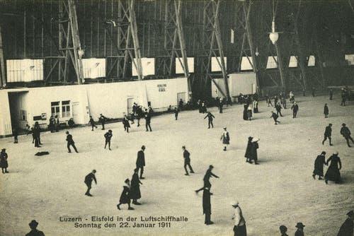 Eisläufer in der Luftschiffhalle, um 1899 (Bild: PD)