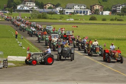 Zum Beginn des Rollouts versammeln sich Dutzende Traktoren auf dem Flugplatz Buochs... (Bild: André A. Niederberger / Neue NZ)
