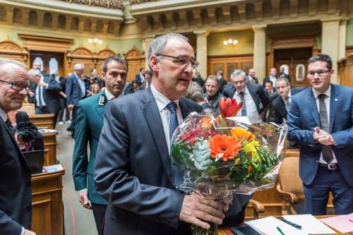 Der neugewählte Bundesrat Guy Parmelin schreitet Momente nach der Wahl durch die Vereinigte Bundesversammlung zum Rednerpult. (Bild: LUKAS LEHMANN)