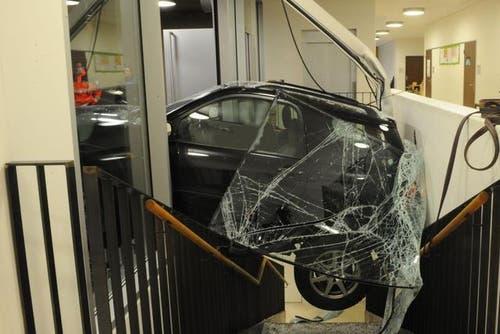 Weil sie vom Bremspedal abrutschte, landete am 28. Januar 2013 eine 64-Jährige mit ihrem Auto im Eingangsbereich des Schulhauses Unterlöchli in Luzern. Eigentlich wollte sie nur etwas aus ihrem Auto ausladen - doch dann rollte ihr Wagen rückwärts in die Glasfront des Schulhauses. (Bild: pd)