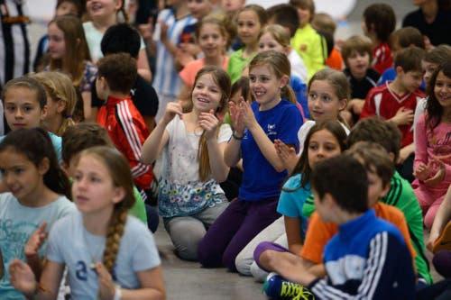 Die Kinder schauen beim Training für den Fedcup in der Messehalle auf der Allmend zu. (Bild: Nadia Schärli (Neue LZ))