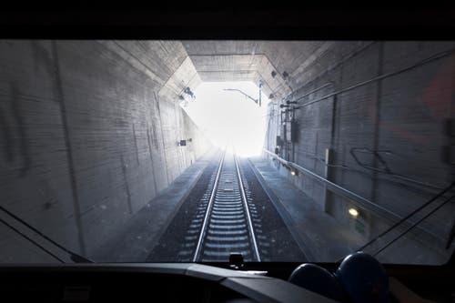 Das Ende des Tunnels ist in Sicht: Das Südportal in Biasca. (Bild: KEYSTONE/GAETAN BALLY)