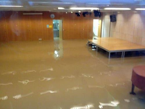Die Aula (Bild) sowie die Bibliothek des Schulhauses Obernau stehen unter Wasser. (Bild: René Meier / luzernerzeitung.ch)