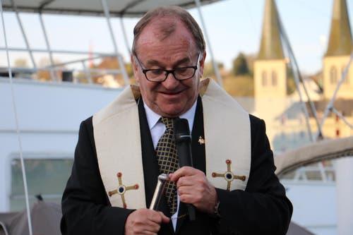 Das Schiff bekommt auch den christlichen Segen durch Schausteller-Pfarrer Ernst Heller. (Bild: Stefanie Nopper / Luzernerzeitung.ch)