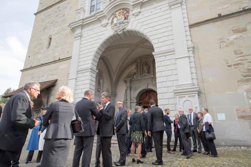 Mitglieder der Stadt- und Kantonsregierung von Luzern vor der Hofkirche. (Bild: Urs Flüeler / Keystone)