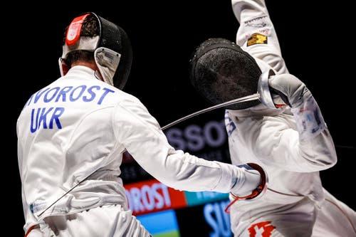 Auf dem Weg zur Silbermedaille: Max Heinzer, rechts, im Duell mit Maksym Khvorost aus der Ukraine. (Bild: Keystone / Valentin Flauraud)