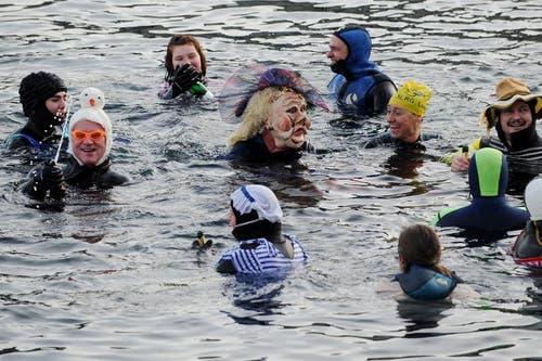 Im Wasser wird angestossen und gefeiert - soweit möglich. (Bild: Boris Bürgisser / Neue LZ)