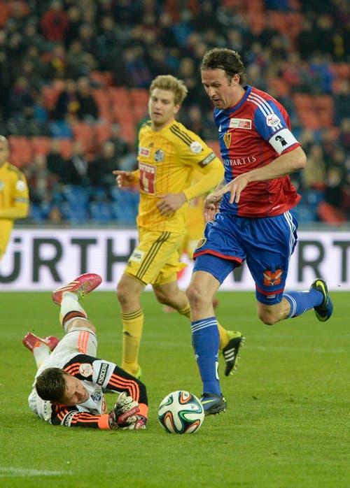 Luzerns Torhüter David Zibung beim Offside-Tor des Basel Spieler Marco Streller (Bild: Keystone)