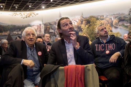 Angelo Paparelli, Michele Foletti und Daniele Caverzasio, von links, Politiker der Lega dei Ticinesi und Anhänger von SVP-Bundesratskandidat Norman Gobbi, verfolgen am Fernsehen die Bundesratswahlen. (Bild: GABRIELE PUTZU)