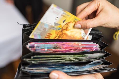 Ein besonders heftiger Fall von Arbeitgeber-Hintergehung hat 2014 für Schlagzeilen gesorgt. Ein Devisenhändler einer Luzerner Bank hat mit Geldern seines Arbeitgebers spekuliert – und damit einen Schaden von über 15 Millionen Franken verursacht. (Bild: Keystone (Symbolbild))