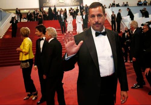 """Der US-Schauspieler Adam Sandler verlässt die Premiere von """"The Meyerowitz Stories"""". (Bild: EPA/Julien Warnand)"""