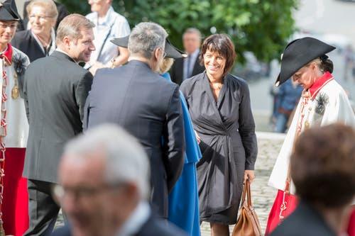 Bundesrätin Doris Leuthard unterhält sich mit Trauergästen. (Bild: Urs Flüeler / Keystone)